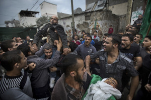 3.Misil Israel ditembakkan ke arah desa kecil bernama Nusseirat, menimpa sebuah rumah dan seketika menewaskan bocah 4 tahun, Riham Al-Nabateen.  Jasad Riham sedang dibawa keluarga menuju pemakaman. Ayahnya pingsan dan digotong oleh orang-orang di sekelilingnya