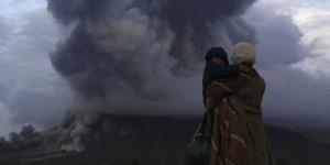 Gunung Sinabung meletus (foto: REUTERS/Beawiharta)