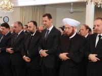 Grand Mufti Suriah (serban putih) sholat di samping Persiden Assad