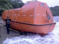 Edi Sukendi di depan kapal oranye (foto:news.com.au)