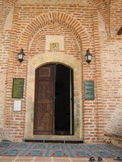 pintu masuk mesjid Alaaddin (foto: Dian Akbas)