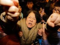 Demo Kerabat Korban MH370  di Beijing Berakhir Rusuh
