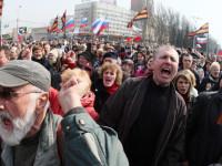 Ribuan Massa Tuntut Pembebasan Gubernur Pro-Rusia di Donetz