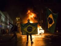 Demonstran di Brasil Bakar Bus dan Mobil