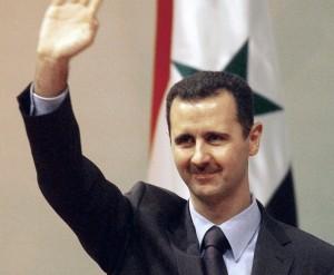 """ARCHIV - Der syrische Präsident Baschar al-Assad hebt in Damaskus, Syrien, grüßend die Hand (Archivfoto vom 15.08.2006). Der seit dem Jahr 2000 herrschende Baschar al-Assad versprach nach Amtsantritt wirtschaftliche Reformen. Er und seine in London aufgewachsene Frau Asma al-Assad galten vielen Syrern als Hoffnungsträger. Doch wie sein Vater lässt Baschar jede oppositionelle Strömung mit Gewalt unterdrücken. Foto: Youssef Badawi (zu dpa """"Die Assads - Diktatorendynastie in Syrien"""" vom 26.04.2011)"""