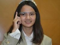 Sabrina Kenakan Google Glass (foto:ugm.ac.id)