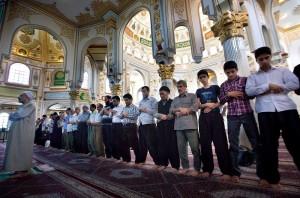 Muslim Sunni di masjid daerah Kermansyah