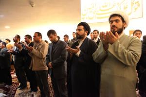Muslim Sunni dan Syah shalat bersama di teheran