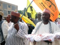 Protesters carry a dummy figuring an injured child and a flag of Al-Aqsa mosque during a demonstration in support of Palestinian people in the northern Nigerian city of Kano, July 25, 2014. Foto: Press TV