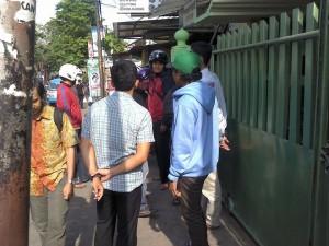 Di depan masjid Ibnu Sina yang tertutup rapat. Foto: LI
