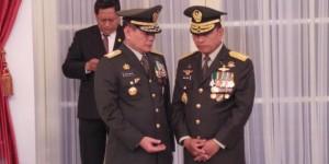 Kepala Staf Angkatan Darat (KSAD) Letjen Budiman (kiri) dan Panglima TNI Jenderal Moeldoko sesaat setelah dilantik oleh Presiden Susilo Bambang Yudhoyono di Istana Negara, Jumat (30/8/2013). Foto: Kompas