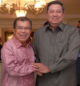 Presiden Susilo Bambang Yudhoyono (kanan) menerima Ketua Umum Palang Merah Indonesia (PMI) periode 2009-2014 Jusuf Kalla di kantor Kepresidenan, Jakarta, Rabu (13/1).
