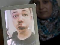 Ibu Tarek menunjukkan foto anaknya, Russia Today