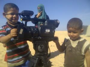 Anak-anak GAza penasaran dengan kamera, foto: Ella