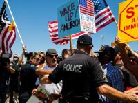 Ratusan Warga Kalifornia Blokir Konvoi Imigran Gelap