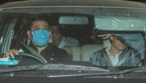Mobil penyidik KPK tiba di Gedung KPK, Jakarta usai melakukan operasi tangkap tangan di Karawang, Jumat 18 Juli 2014 dini hari. KPK menangkap lima orang di rumah Bupati Karawang dan di sebuah mal di Karawang.  Foto: Tempo