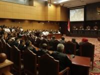 Suasana sidang perdana perselisihan hasil pemilihan umum (PHPU) presiden dan wakil presiden 2014 di Mahkamah Konsistusi, Jakarta, Rabu (6/8/2014). Agenda sidang adalah pemeriksaan perkara, di mana Prabowo-Hatta sebagai pemohon harus membacakan ringkasan perkaranya di depan sembilan hakim MK. (Kompas)