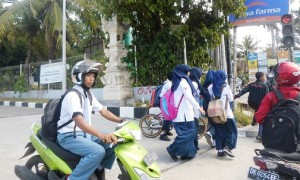 Foto: Siswi Muslimah di Bali dengan kerudungnya  (Win Wan)