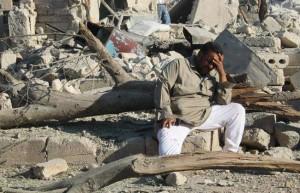 Pria Suriah menangisi kehancuran rumahnya, foto: Daily Star