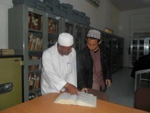 Penulis bersama petugas perpustakaan, foto: Abdul