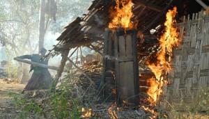 Massa membakar pemukiman kaum Syiah, saat terjadi kerusuhan, di Desa Karanggayam, Omben Sampang, Jatim, Minggu (26/8). ANTARA/Saiful Bahri