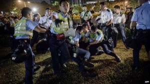 polisi hongkong berangus demonstran