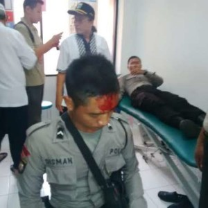 salah satu polisi yang terluka akibat demo FPI (foto: detik.com)