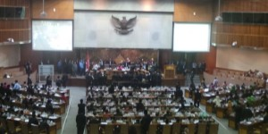 suasana ricuh sidang DPR (foto; Kompas)