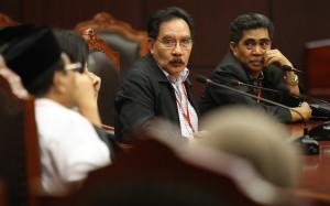 Pemohon Antasari Azhar (kedua kanan) didampingi Adik almarhum Nasrudin Zulkarnaen, Andi Syamsudin (kanan) menghadiri sidang putusan uji materi UU No. 8 Tahun 1981 tentang Hukum Acara Pidana Pasal 268 ayat (3) di Mahkamah Konstitusi, Jakarta,