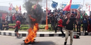 MAhasiswa bakar boneka Jokowi-Jk, foto kompas