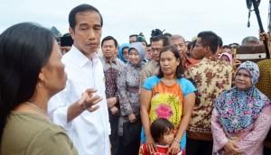 Presiden Jokowi bersama warga Meranti (foto: Tempo)