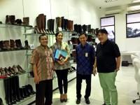 Ali Tanuwidjaja (paling kanan) di Showroom Pabrik PT Karyamitra, Pasuruan, Jatim/Junanto Herdiawan