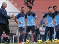 Alfred Reidl sedang memberikan instruksi kepada anak asuhnya di Stadion Gajayana Malang, 24 Juni 2014/TEMPO