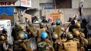 polisi india bentrok