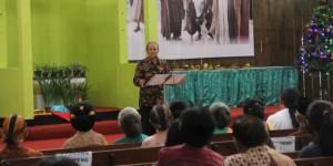KH Muhaimin ceramah di gereja (foto: Kompas)
