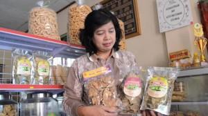 Esti Widayati memamerkan tiga produk keripik sayur/Tribun Jogja