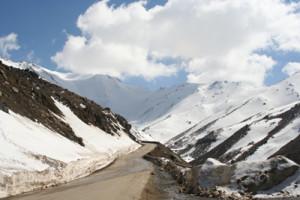 melewati gunung bersalju (foto: AI)