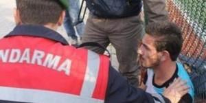 Foto: Polisi menenangkan pemain yang membawa piasu ke lapangan/Hurriyet