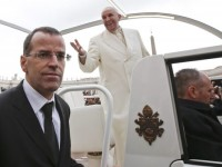 Paus Francis Pecat Komandan Pasukan Pengawal