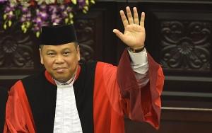 Ketua Mahkamah Konstitusi (MK) Hamdan Zoelva (kiri) dan Wakil Ketua MK Arief Hidayat (kanan) melambaikan tangan usai mengucapkan sumpah jabatan pada sidang pleno khusus di Gedung MK, Jakarta, Rabu (6/11).