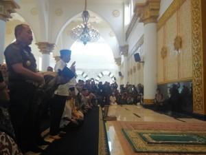 Presiden Jokowi menunaikan sholat Tahiyatul Masjid seusai meresmikan Masjid Raya Mujahidin, di Pontianak, Kalbar, Selasa (20/1)|Setgab.go.id