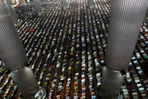 Shalat jumat di istiqlal - Inilahfoto.com
