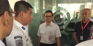 Menteri Jonan saat sidak di kantor AirAsia (foto:merdeka.com)