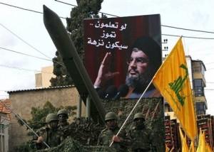 tentara Hizbullah memamerkan roket dalam pawai di Lebanon