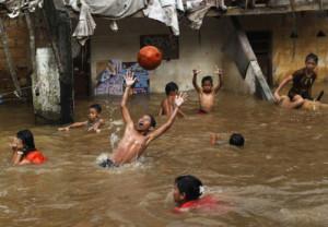 Anak-anak di Jakarta bermain-main saat banjir