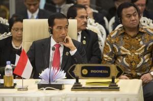 Presiden Joko Widodo (tengah) didampingi anggota delegasi mengikuti KTT ASEAN - Amerika Serikat ke-2 Tahun 2014 di kota Nay Pyi Taw, Myanmar, Kamis (13/11)