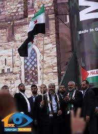 Khaleed Meshal memegang bendera FSA