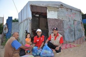 relawan MER-C bagikan sembako di Gaza (foto: FP RSIndonesia)
