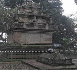 Candi berdampingan dengan makam Arif Muhammad