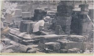 proses pemasangan kaki candi (sumber foto: Museum Cangkuang)